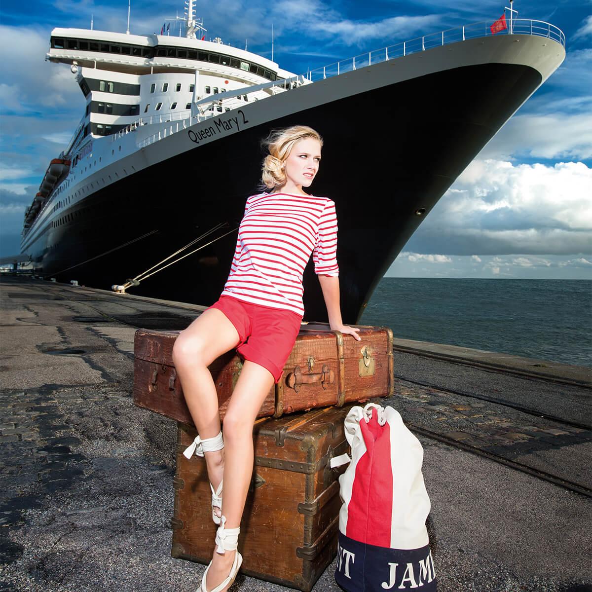 Frau posiert mit Saint James Kleidung im vor Luxusliner