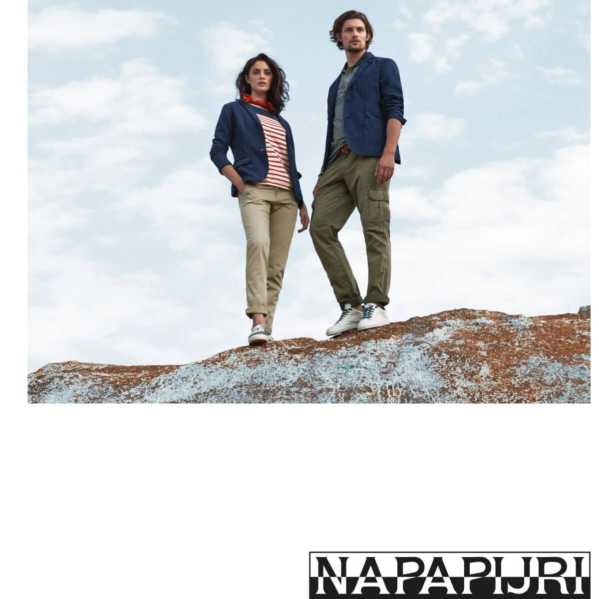 Mann und Frau mit Kleidung von Napapijri