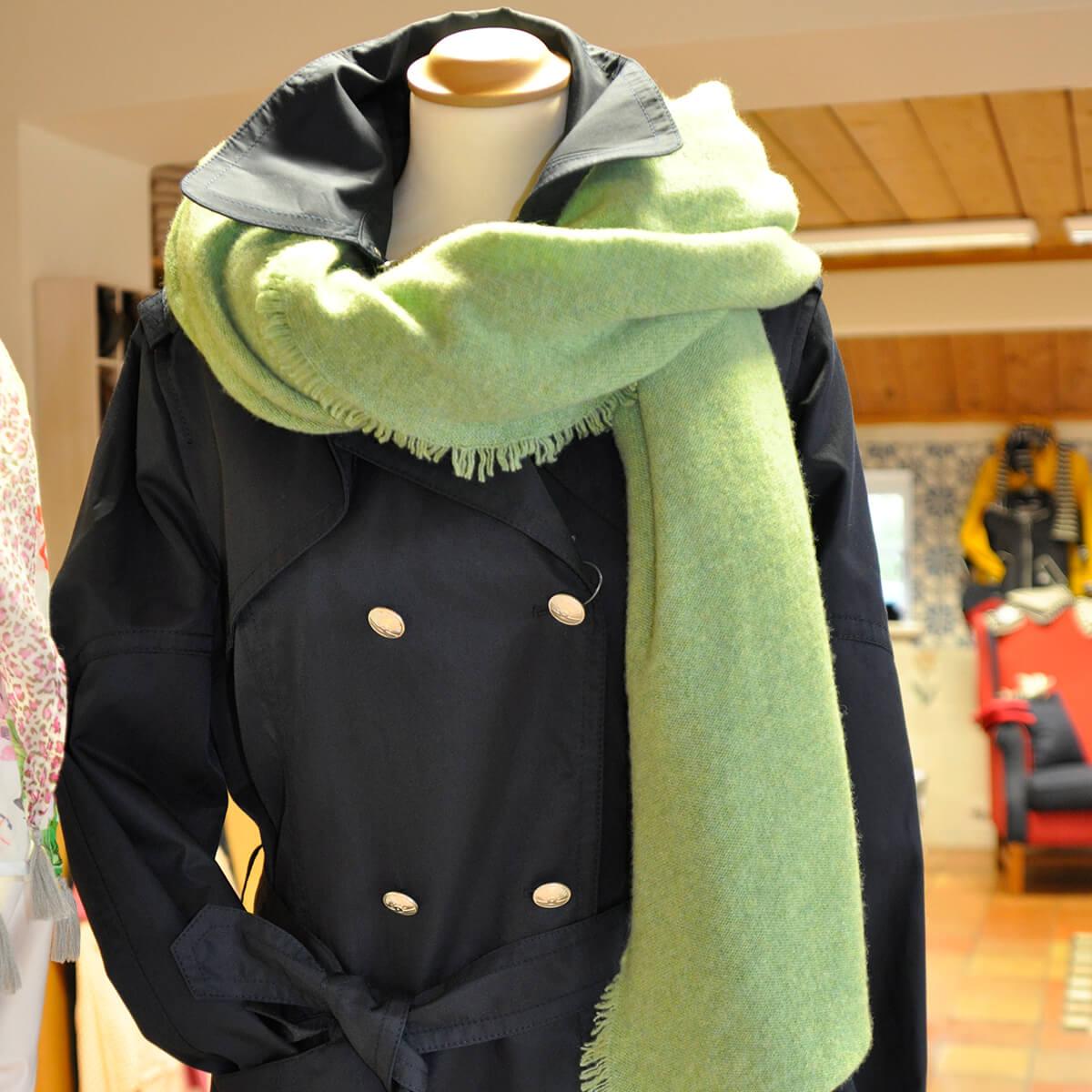 Damenmantel und Schal