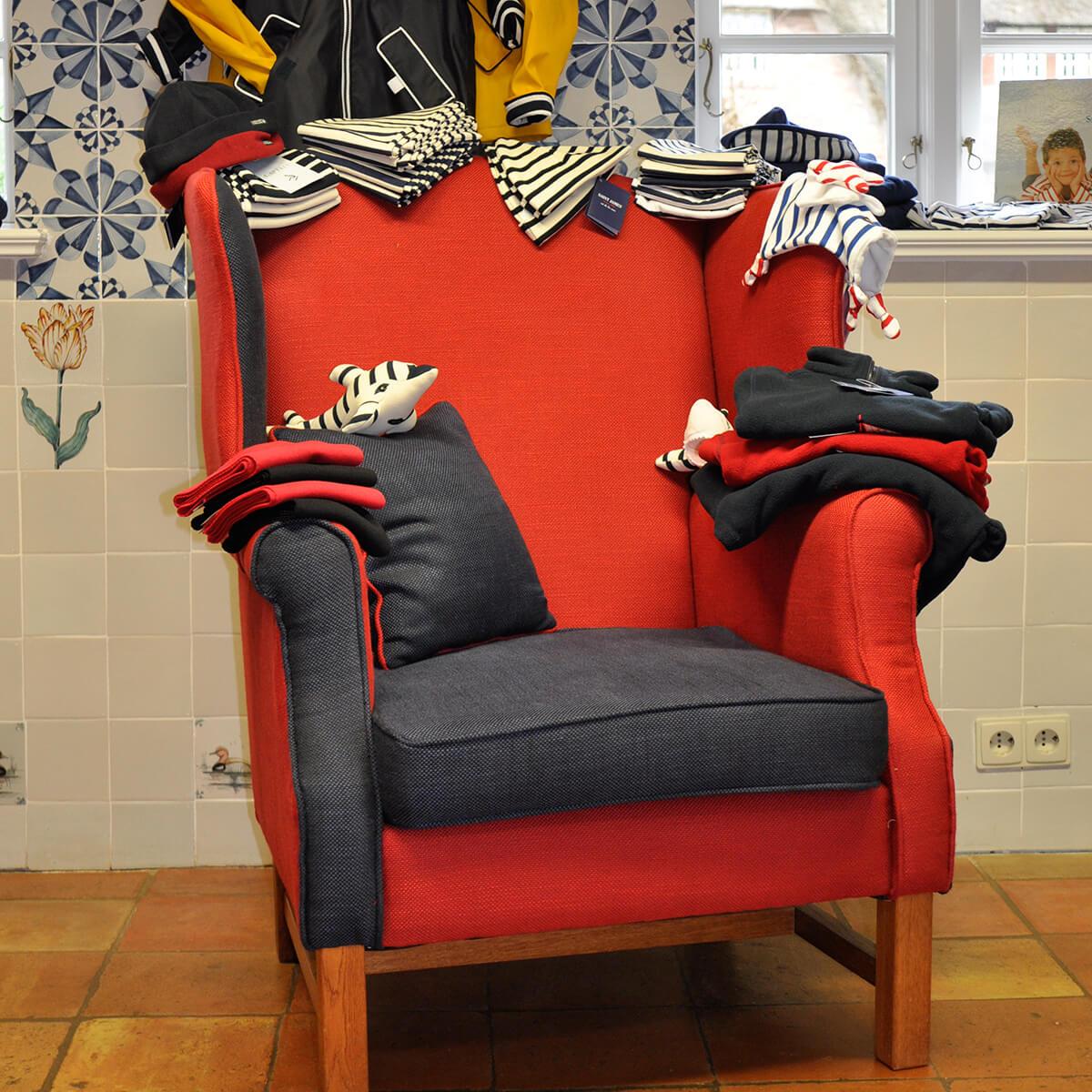 Präsentation Kindermode auf einem Sessel